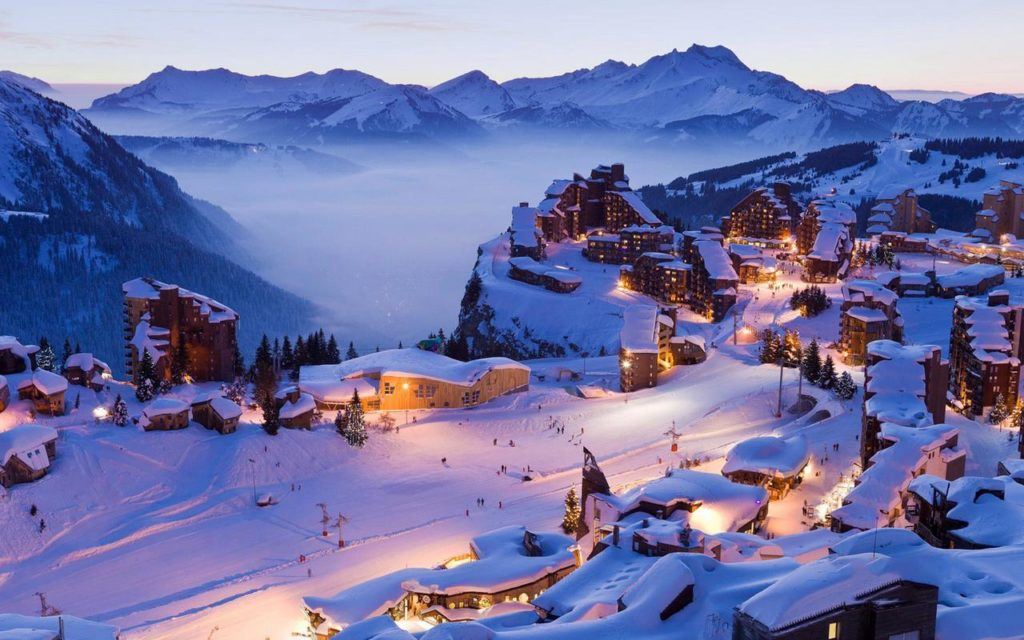 Les lumières du soir éclairant la station offrent un beau panorama à ceux qui ont passé la journée à apprendre à skier à Avoriaz.