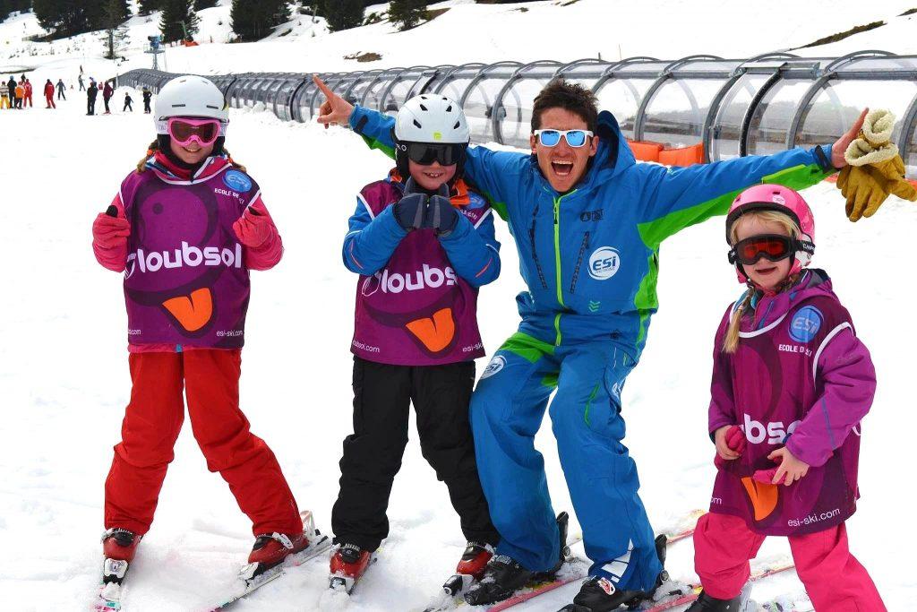 Les enfants commencent une journée de ski, où ils vont apprendre à skier à Châtel.