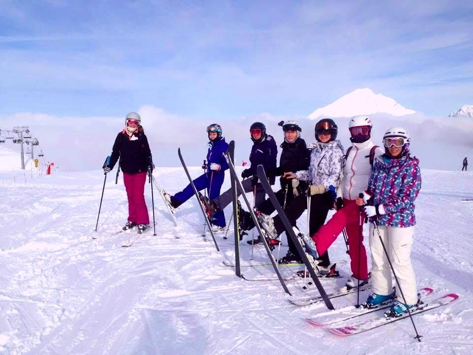Le groupe est prêt à apprendre à skier à Avoriaz.