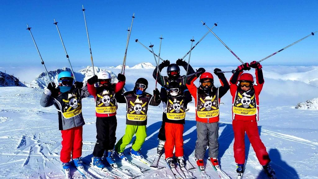 Les enfants sont heureux de commencer le cours de ski qui leur permet d'apprendre à skier à Avoriaz.