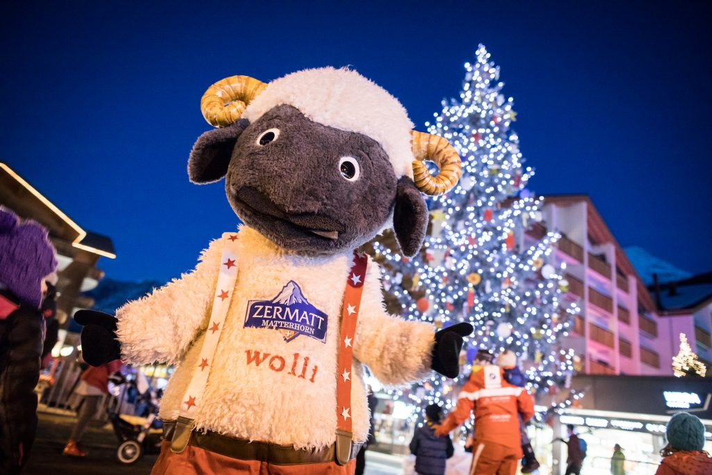 The Mascotte Wolli is in the square in Zermatt to entertain all tourists who want to learn to ski in Zermatt during the Christmas period.