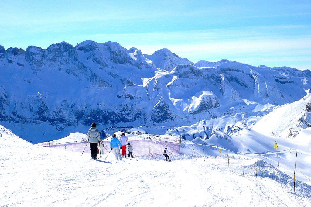 Un moniteur de ski accompagne les élèves à apprendre à skier à Chatel.