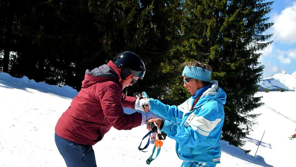 Une femme prend des cours de ski ; parmi les choses à faire à Morzine, le ski est certainement la plus populaire.