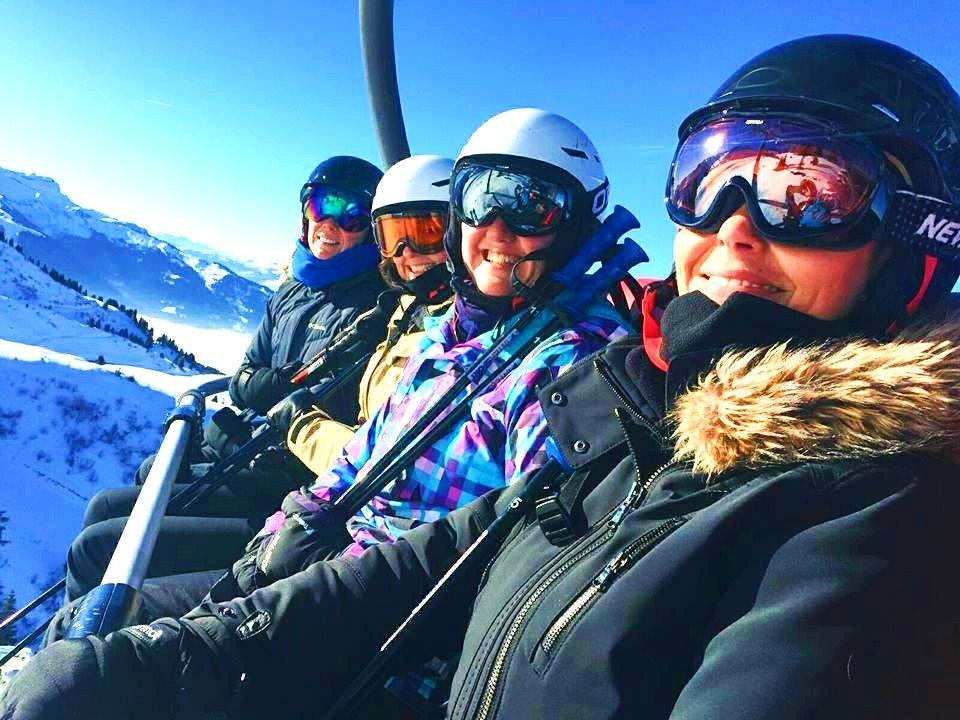 Ce groupe de skieurs sur le télésiège est prêt pour une journée d'amusement, le ski étant l'une des principales choses à faire à Morzine.