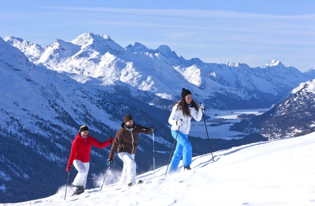 Un petit groupe fait une randonnée en raquettes après avoir appris à skier à Châtel.