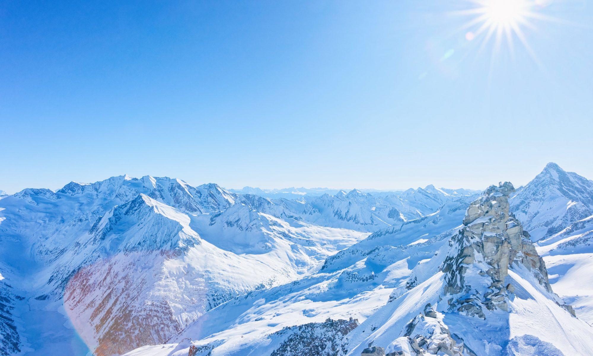 Ein traumhafter Blick auf das Bergpanorama rund um Mayrhofen in Tirol, wo die Skisaison 2020/21 trotz Covid-19 eine Sichere sein wird.