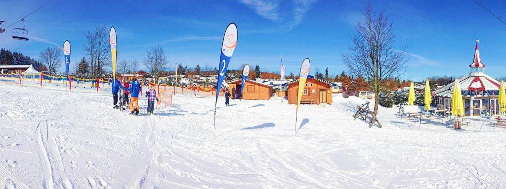 Die Skifahrer freuen sich über den atemberaubenden Ausblick den man genießen kann, wenn man in Winterberg Skifahren lernt.