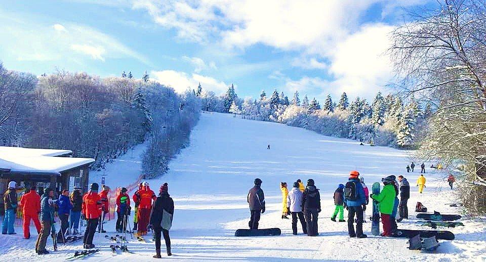 Een groep skiërs die zich op een skipiste bevinden en klaar zijn om te leren skiën in Winterberg.