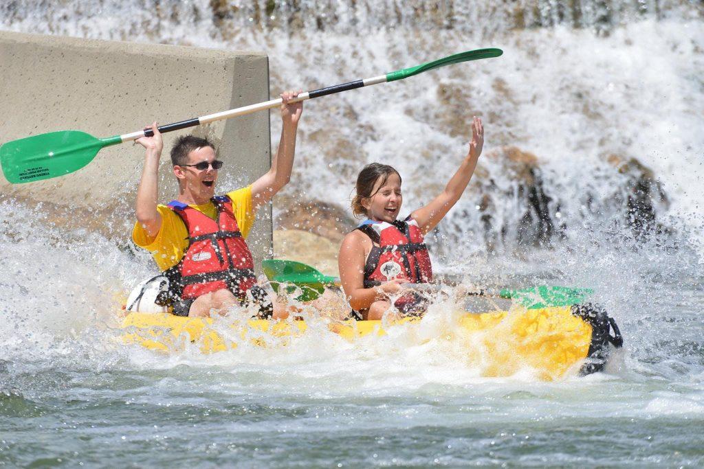 Due ragazzi si divertono durante il loro tour in canoa sull'Ardèche preferito.