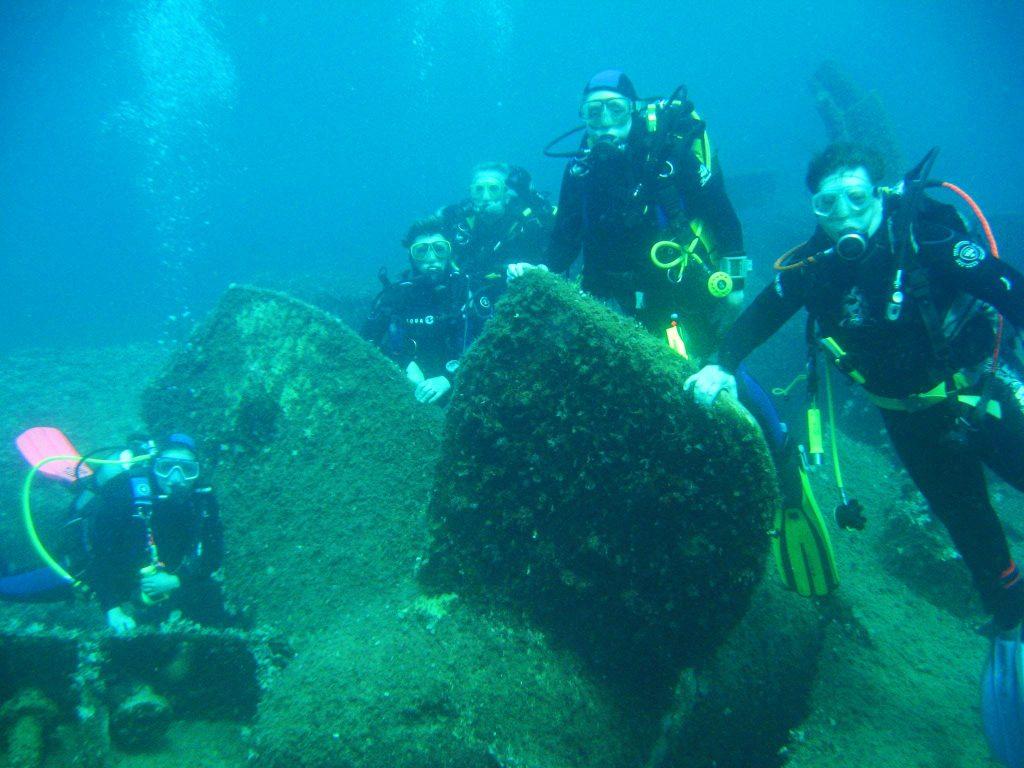 5 Taucher posieren unter Wasser beim Wrack des Schiffes Boca in der Region Dubrovnik-Neretva.
