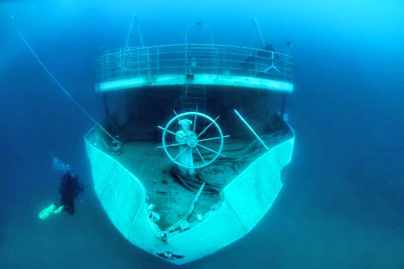 This wreck off the coast of Medulin has a very sharp rudder, which the diver is inspecting closely.