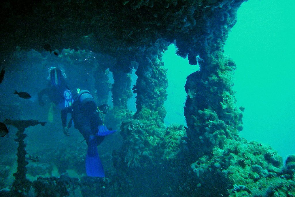 Zwei Taucher erkunden das Innere eines Schiffswracks bei Rovinj.