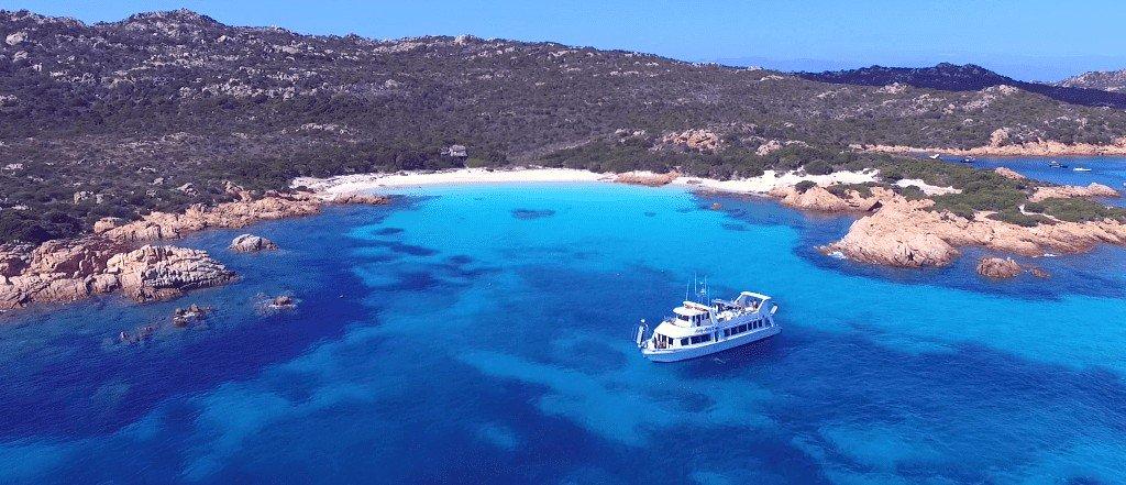 Das Boot Lady Luna 2 fährt bei einer Bootstour in La Maddalena über das Meer im Norden Sardiniens.