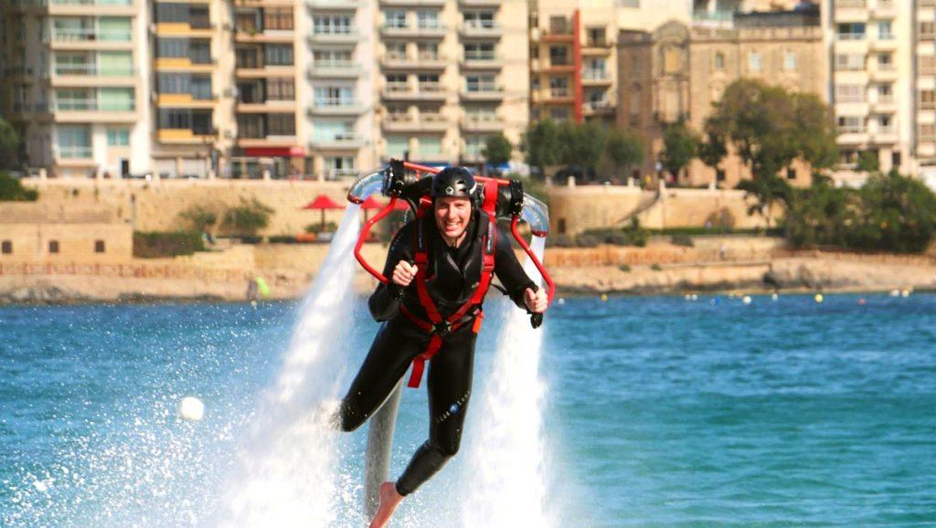 Ein Mann fliegt mit einem Jetpack auf Malta.