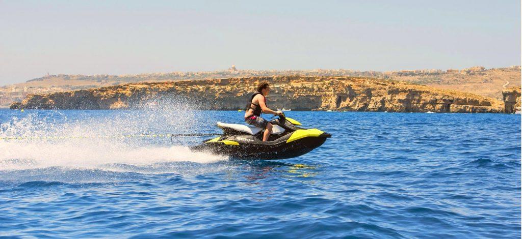 Ein Jetski rast über das Meer von Malta.