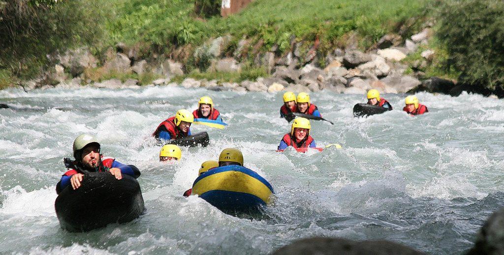 Ein Guide und seine Gruppe schwimmen auf ihren Hydrospeed-Schwimmern.