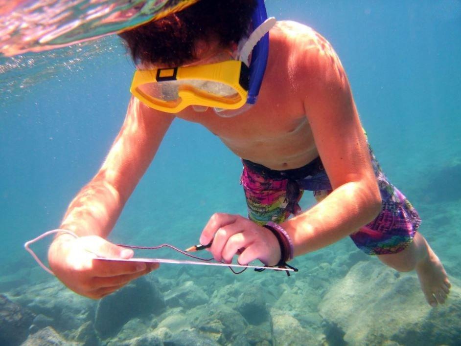 Durante una gita in barca a vela sull'isola di Dia, un bambino si diverte a fare snorkeling.
