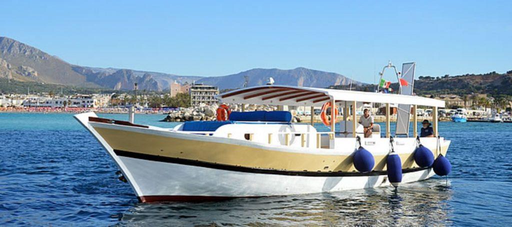 Durante una gita in barca alla Riserva Naturale dello Zingaro si sale su una piccola barca.