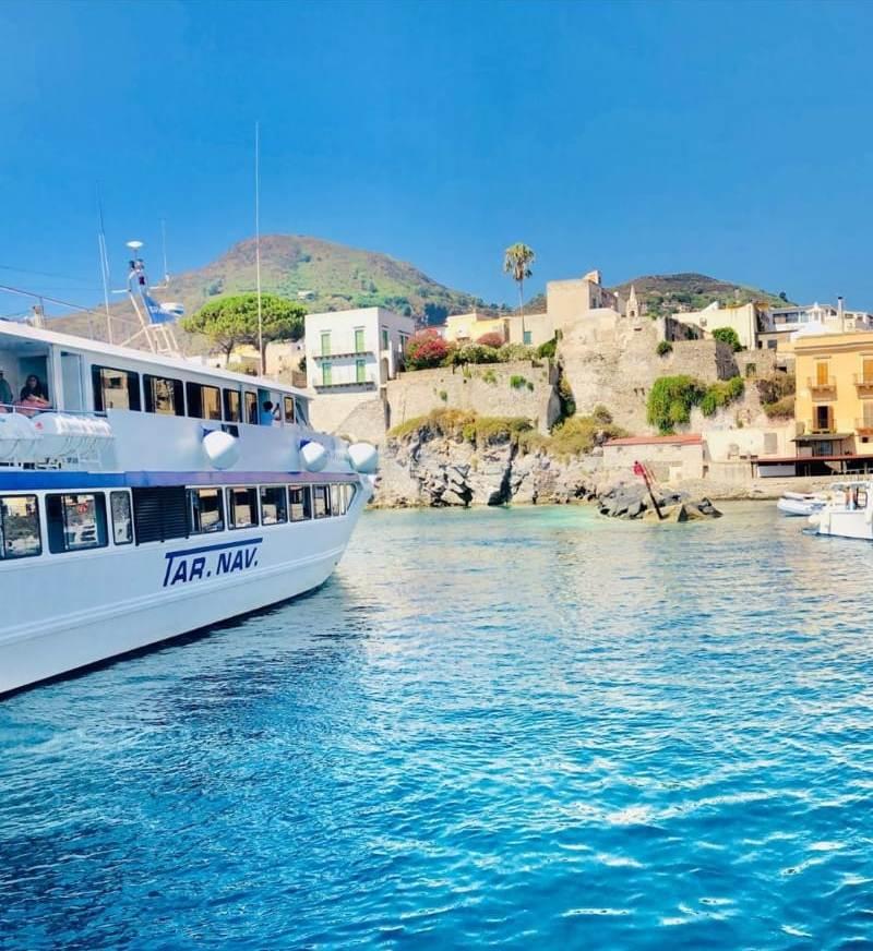 Durante una gita in barca per famiglie alle isole Eolie: Lipari, Panarea e Stromboli viene fatta una foto della costa.