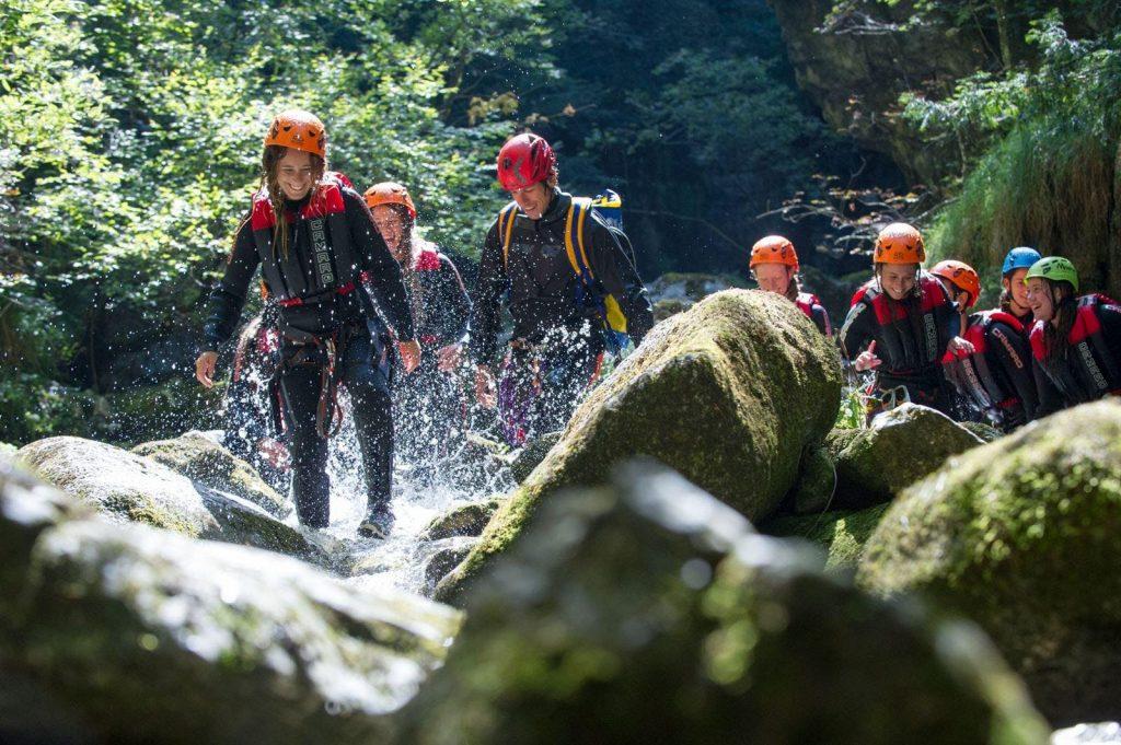 Un gruppo fa canyoning sul lago di Garda nella gola di Palvico.