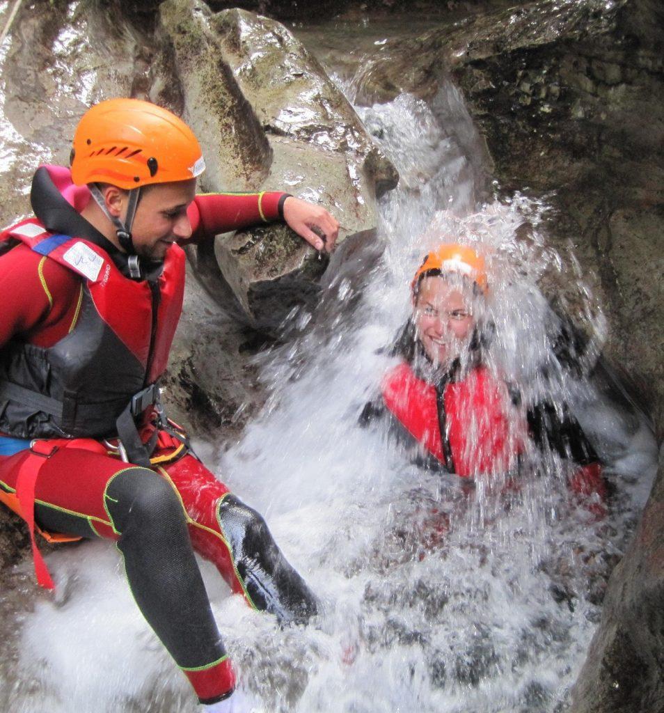 Due ragazzi si divertono facendo canyoning nel Rio Nero.