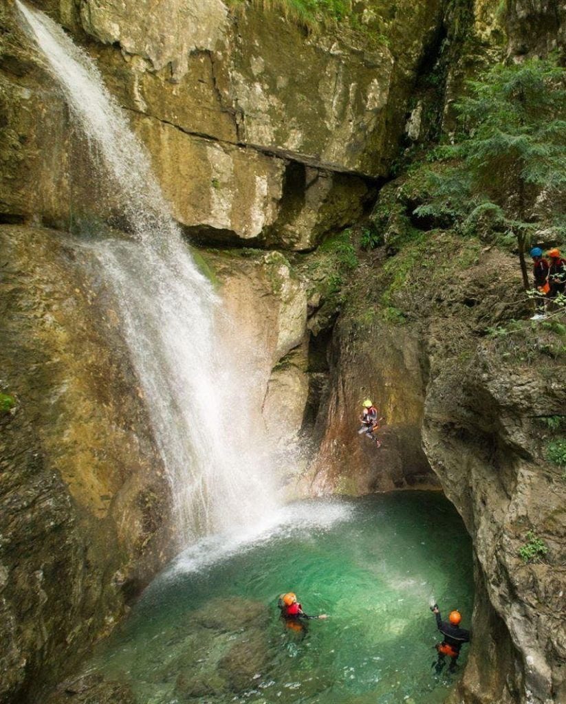 Al termine del canyoning nel Rionero, i partecipanti affrontano una calata mozzafiato.