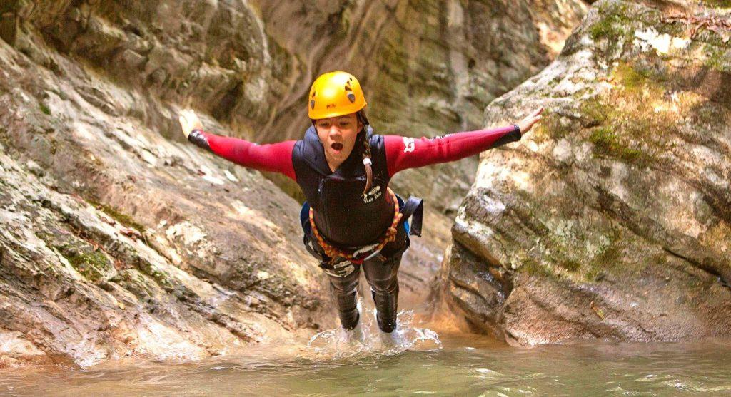 Durante un percorso di canyoning nel Vione una ragazza si lancia in acqua.