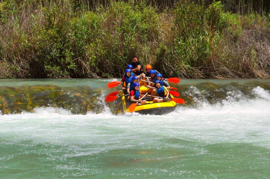 Eine Rafting-Tour auf dem Fluss Cabriel, bei der eine kleine natürliche Rutsche runtergerutscht wird.