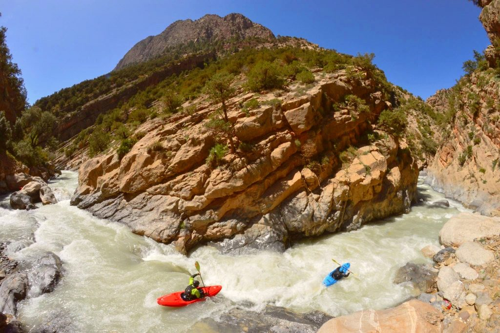 Instead of a rafting tour on the Gállego, these two opted for a fun canoe-rafting tour.