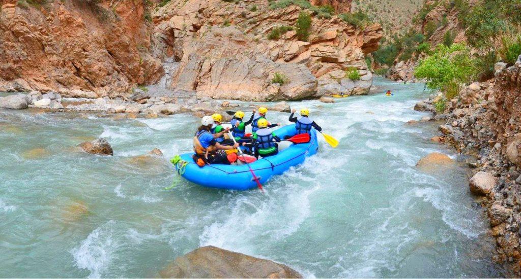 Eine Raftingtour auf dem Genil bei einem schwierigeren Teil des Flusses.