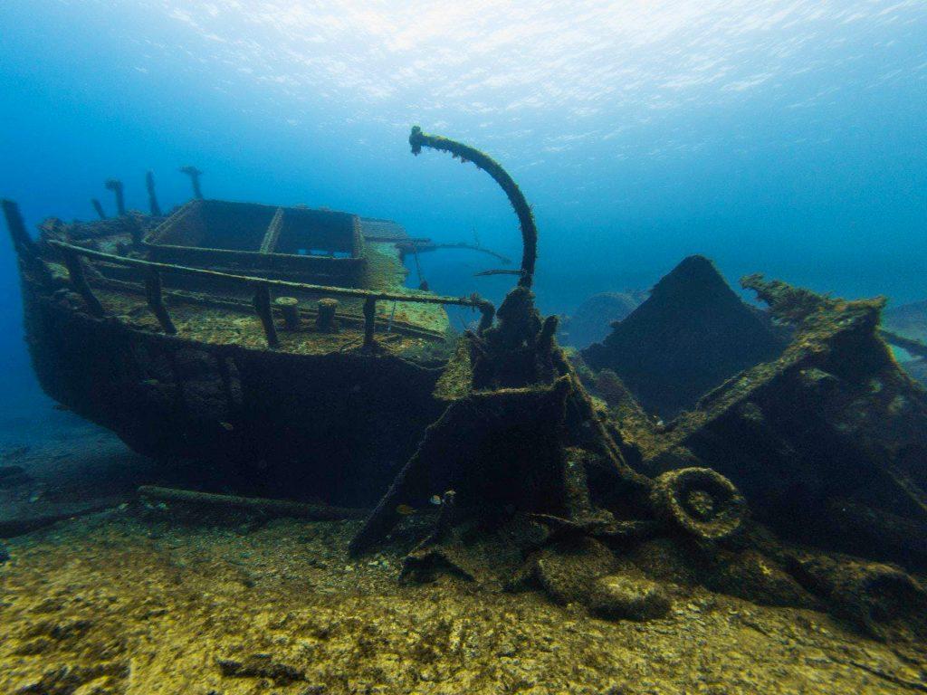 Beim Tauchen auf den Kanarischen Inseln könnt Ihr zum Beispiel dieses alte Schiffswrack erkunden.