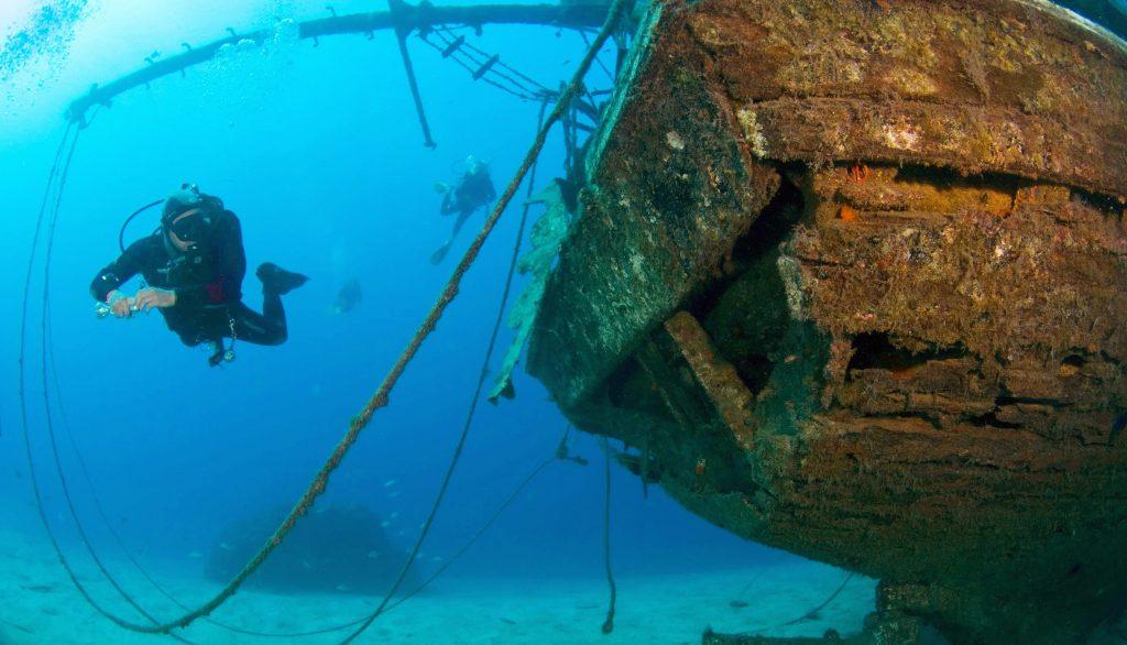 Das Tauchen auf den Kanarischen Inseln ermöglicht es Euch unter anderem dieses große Schiffswrack zu bestaunen.