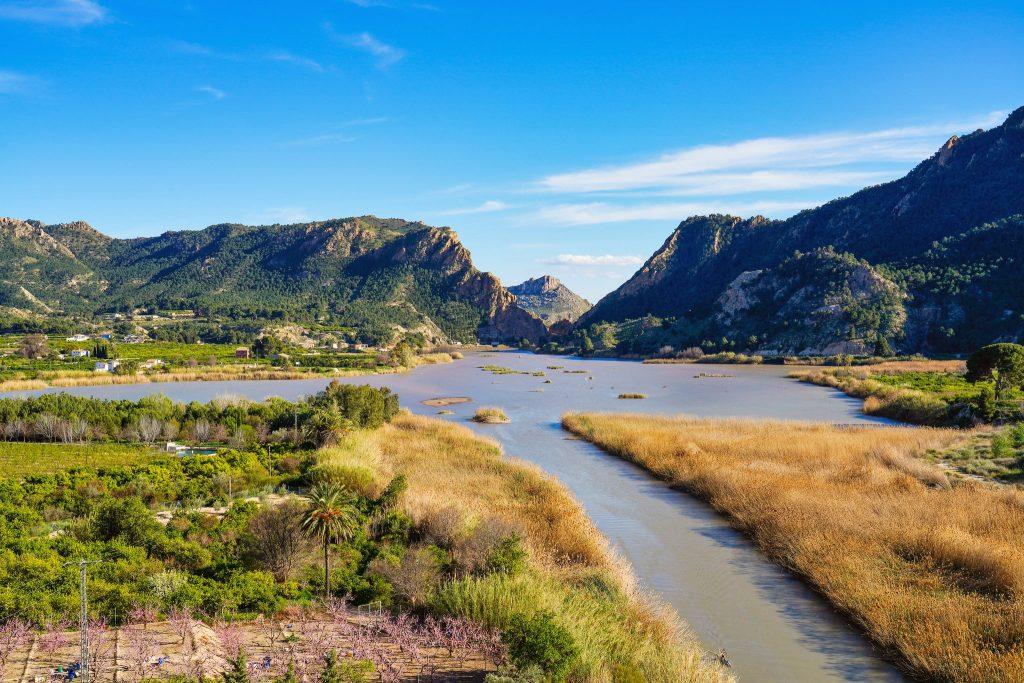 Eine Raftingtour auf dem Segura findet inmitten einer wunderschönen Landschaft statt.
