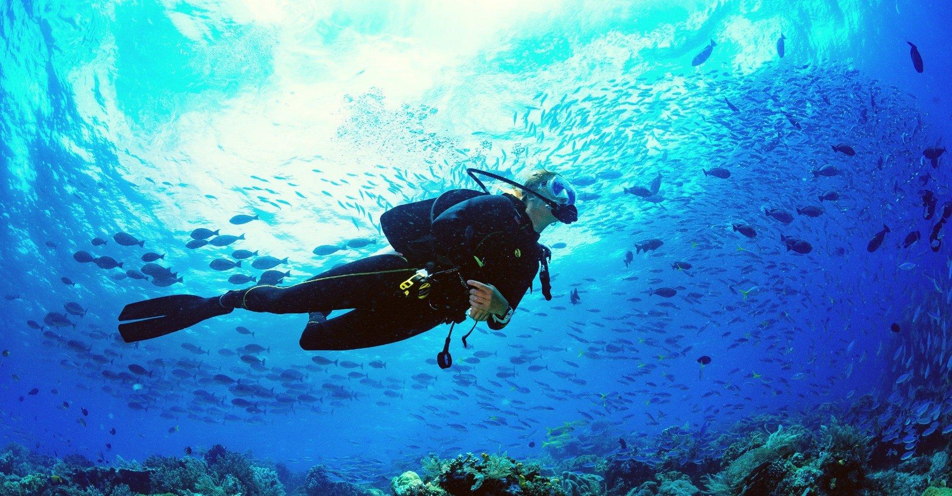 Eine Frau beim Tauchen auf den Kanarischen Inseln.