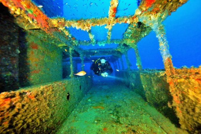 Un uomo si immerge a Malta in un relitto.