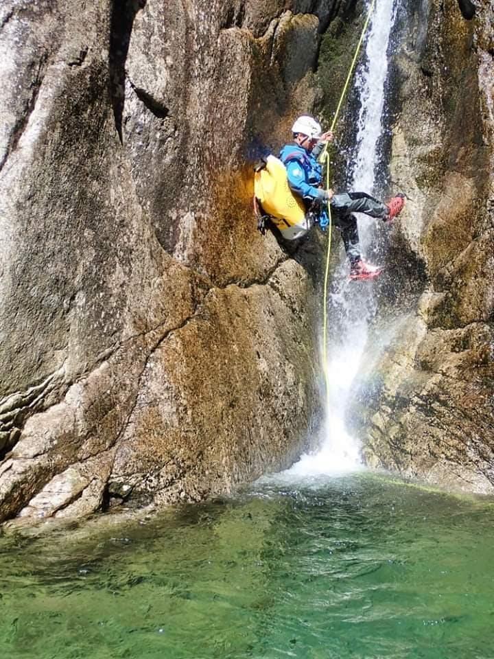 Un partecipante all'escursione di canyoning nel Sorba fa una calata.