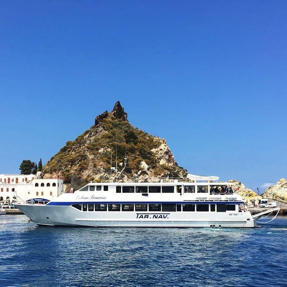 Das Boot, das für die Bootstour für Familien zu den Äolischen Inseln verwendet wird, ist sehr groß.