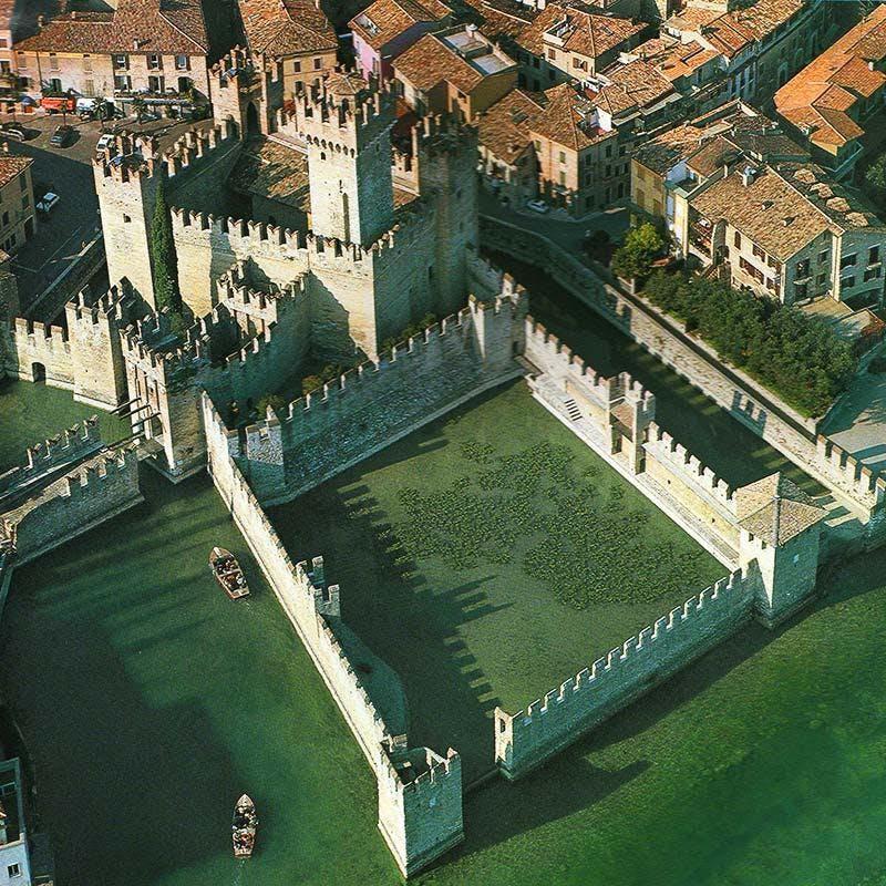 Eine Bootstour am Gardasee ermöglicht es, das Schloss Padenghe sul Garda von einer neuen Perspektive zu bewundern.