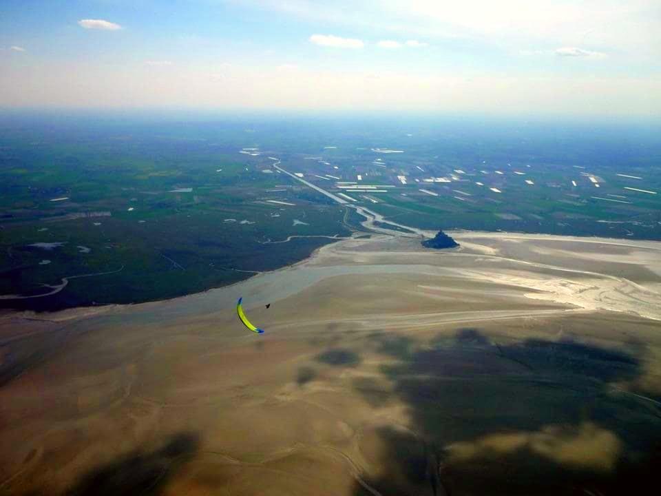 Beim Paragliding in der Normandie ist ein Flug um den berühmten Mont-Saint-Michel praktisch ein Muss.