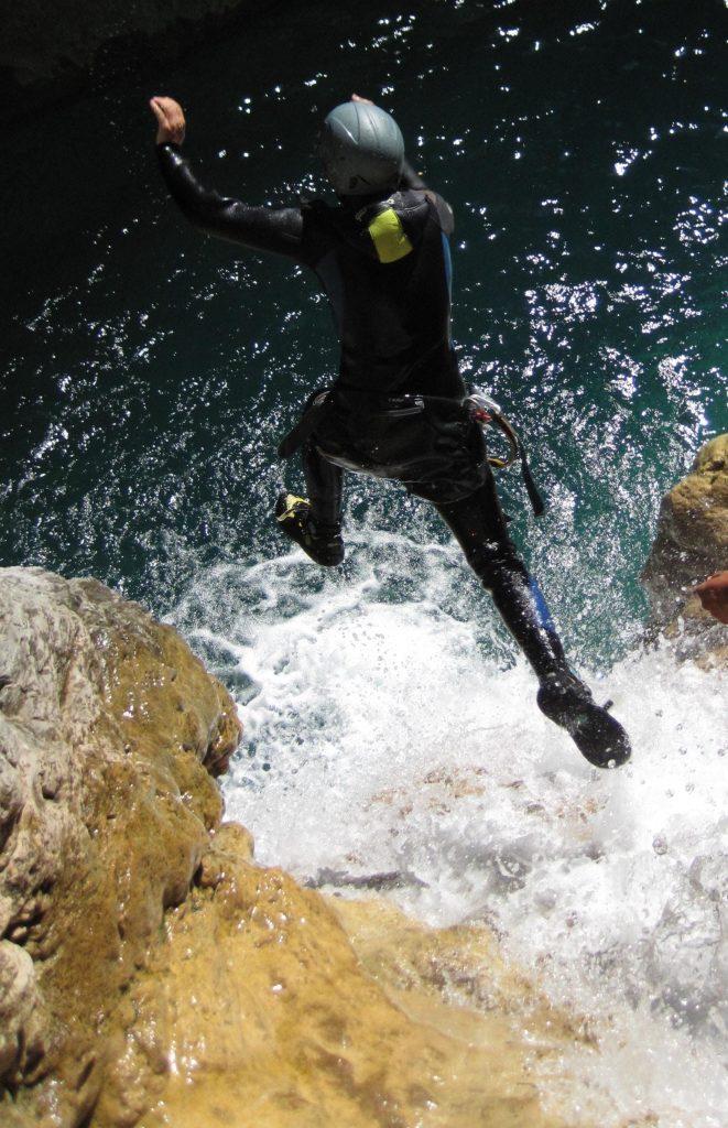 Durante un'escursione di canyoning nel Chalamy un a persona fa un salto.