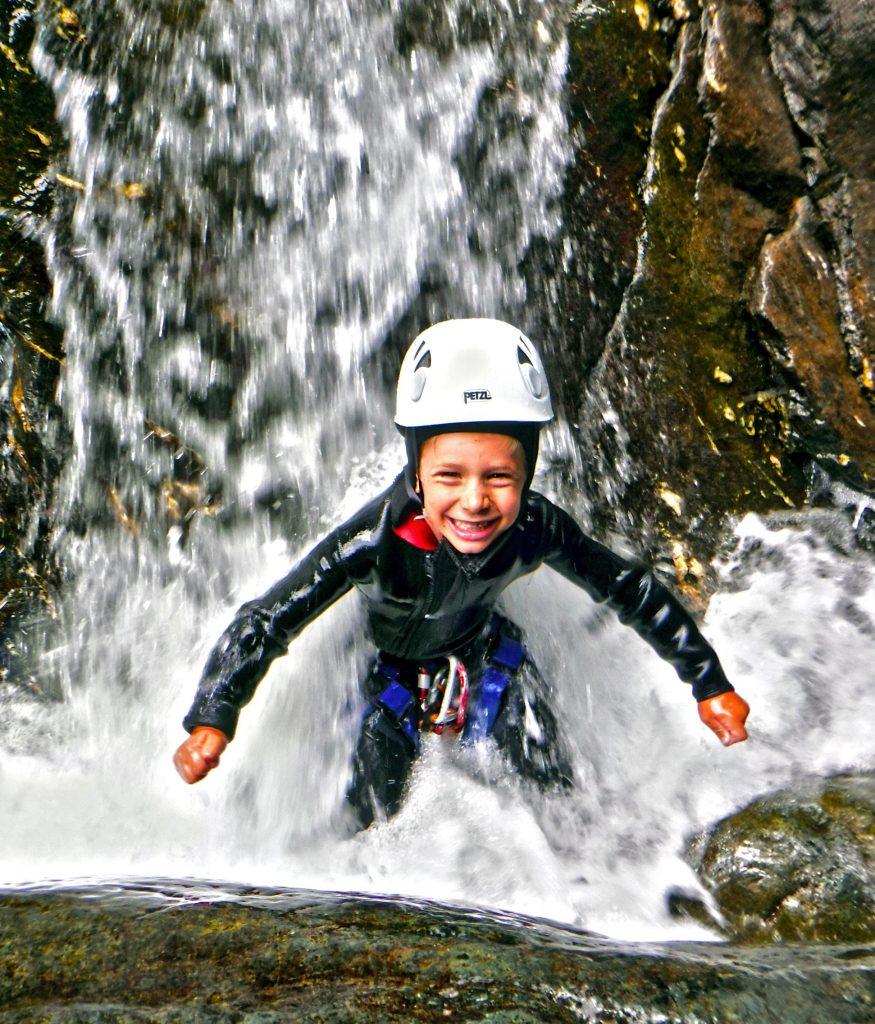 Durante un'escursione di canyoning nel Chalamy un bambino si diverte.