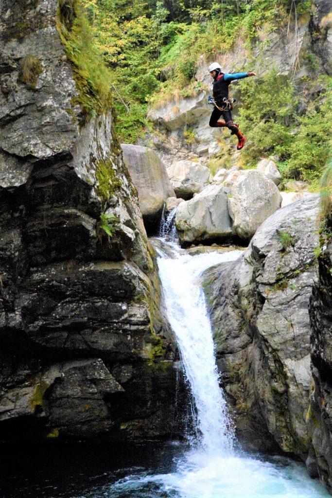 Un partecipante all'escursione di canyoning nel Sorba fa un salto.