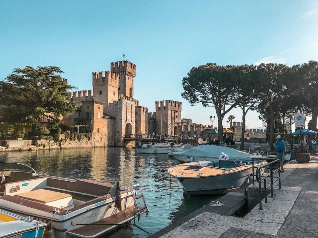 Vista di uno dei castelli del Lago di Garda durante una gita in barca al Lago di Garda.