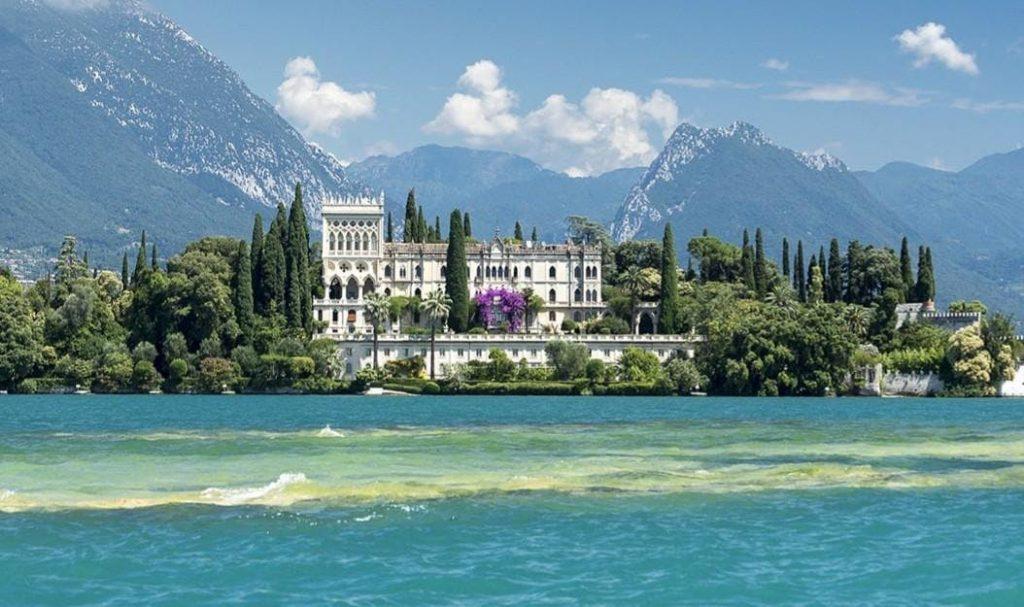 La vista di una villa visibile grazie a una gita in barca al Lago di Garda.