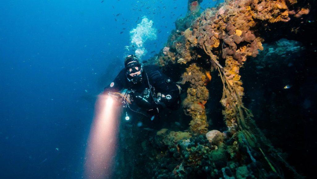 Un sommozzatore esce dall'interno di un relitto a Pola.