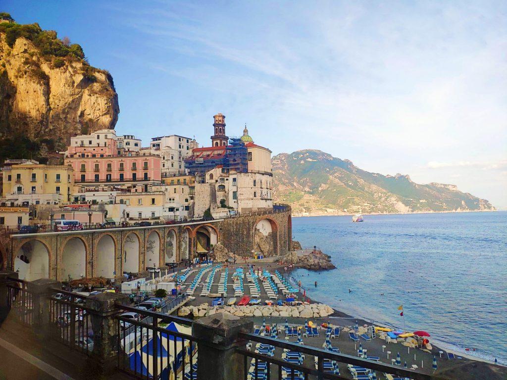 Während Eurer Bootstour in Sorrent, werdet Ihr sehen, dass die bunten Häuser Amalfis unmittelbar neben dem Strand liegen.