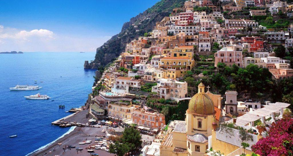Die vielen kleinen Häuser Positanos, welche sich alle auf einem Berg, direkt am Strand, befinden, werdet Ihr während einer Bootstour in Sorrent ebenfalls sehen.