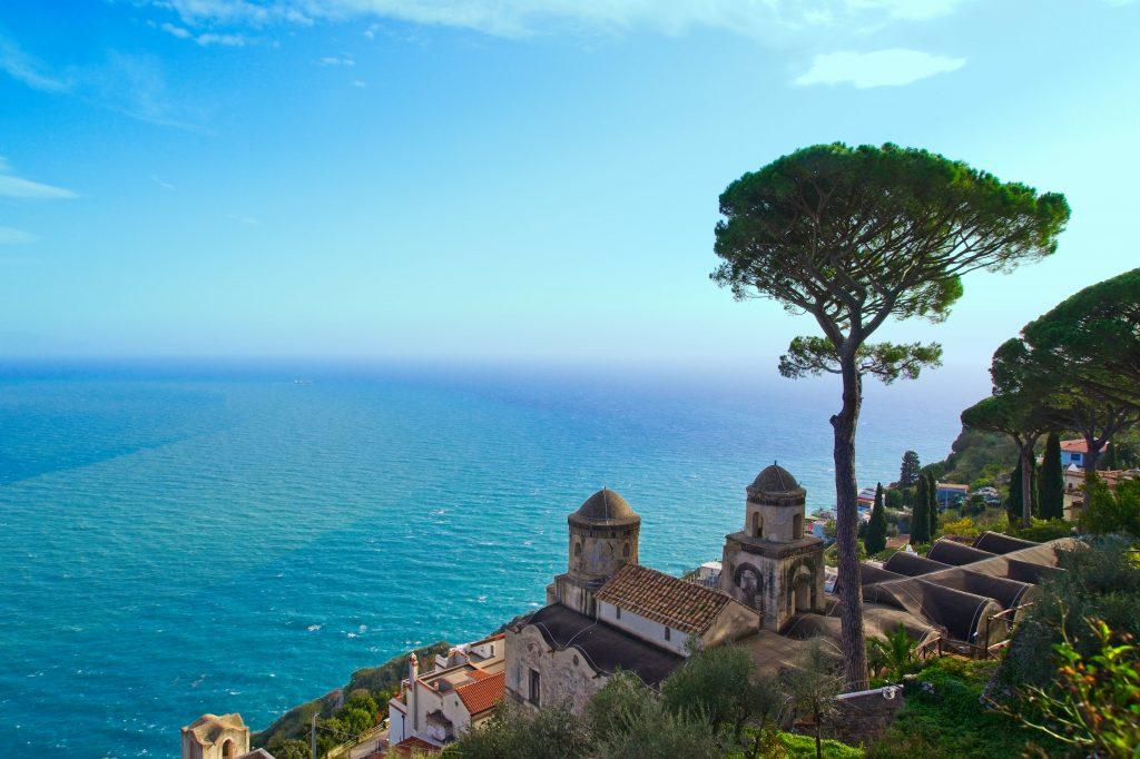 Die Gärten der berühmten Rufolo Villa stehen bei einer Bootstour in Sorrent auch am Programm.