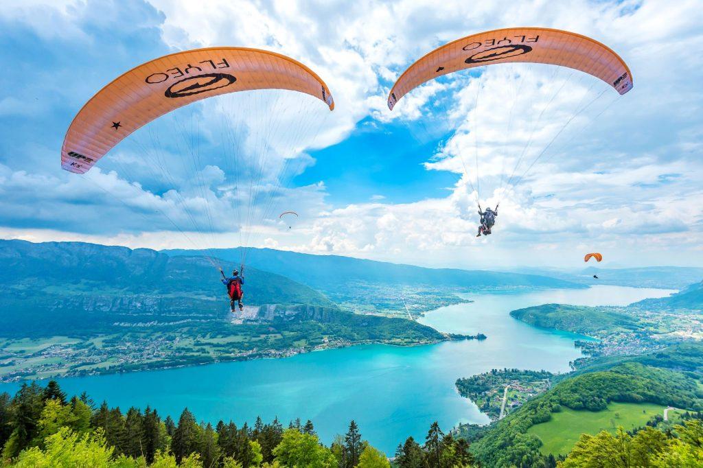 Beim Paragliding in Annecy habt Ihr einen fantastischen Blick auf den See von Annecy.