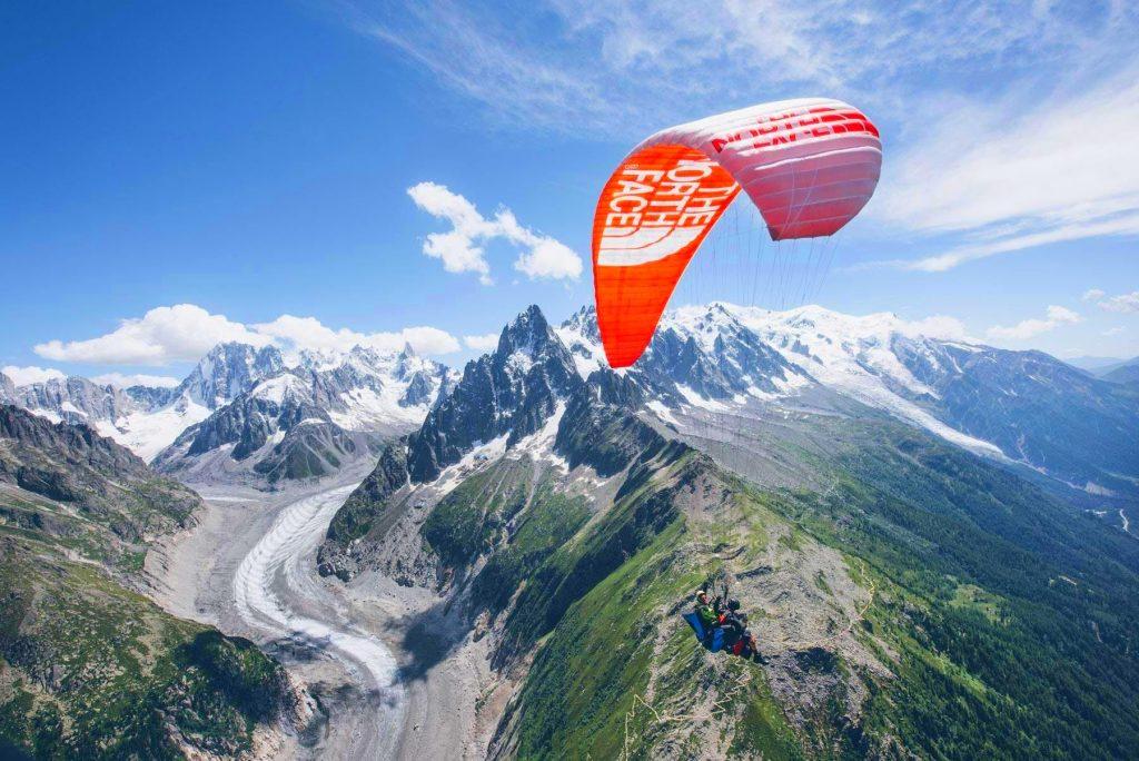 Paragliding in Chamonix ist ein einzigartiges Erlebnis, das Euch über Gletscher und hohe Gipfel führt.